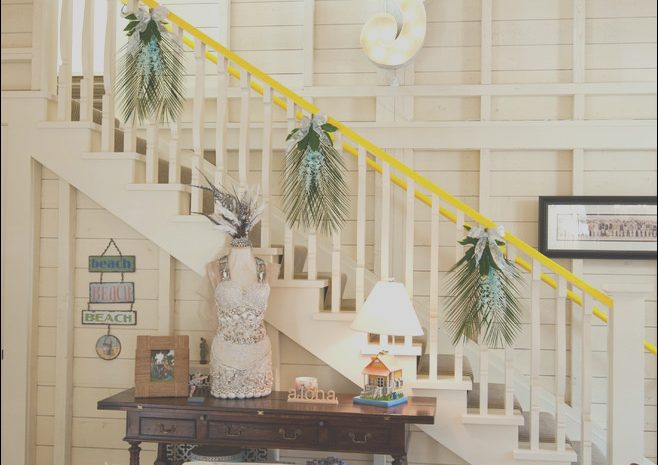 8 Classy Holiday Stairs Decorating Ideas Photos