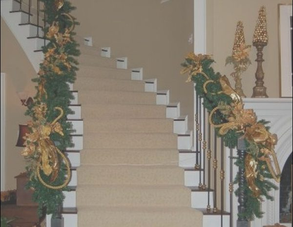 11 Nice Decorating Stairs for Xmas Photos