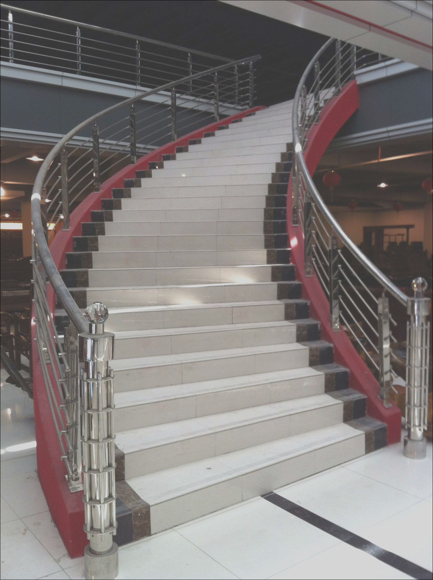 China Curved Stairs with Grill Design Balustrade and Carbon Steel Handrail