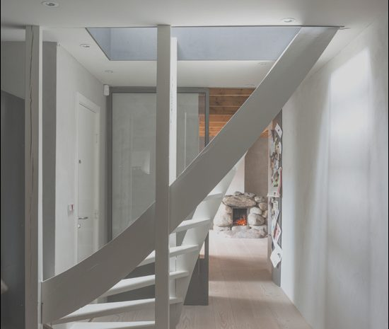 14 Magnificient Hallway Stairs Decorating Photos
